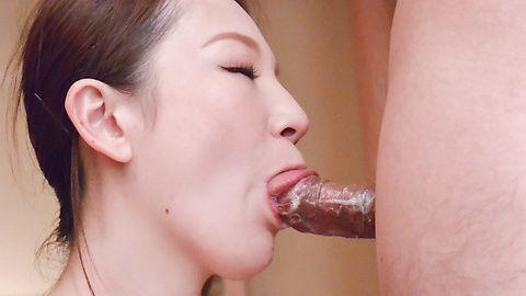 丰满的熟女提供日本口交两个迪克斯