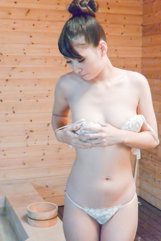 Yui Oba goes nasty wikth a horny stud in the jacuzzi Photo 10