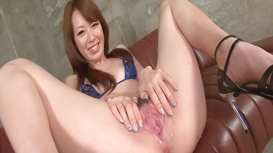 Asian MILF Misato Sakurai make her muffin dripping wet