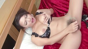 Yayoi Yanagida spread her legs and make her pussy wet