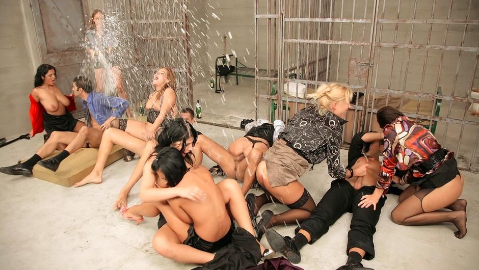 マッド・セックス・パーティー:プッシー・プリズンの1番をストリーム